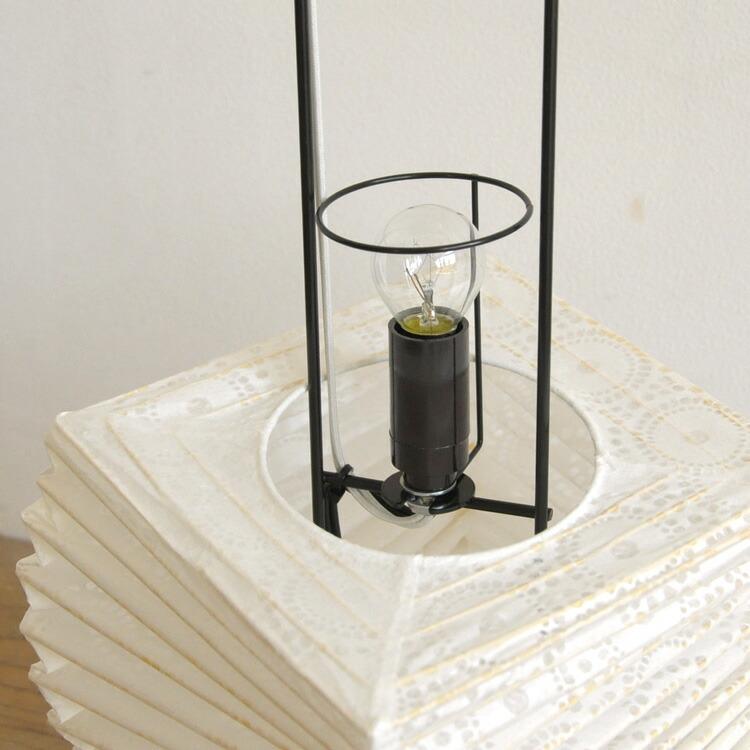 うねりを加えシンプルながらも遊び心をもたせた和紙のデザイン照明