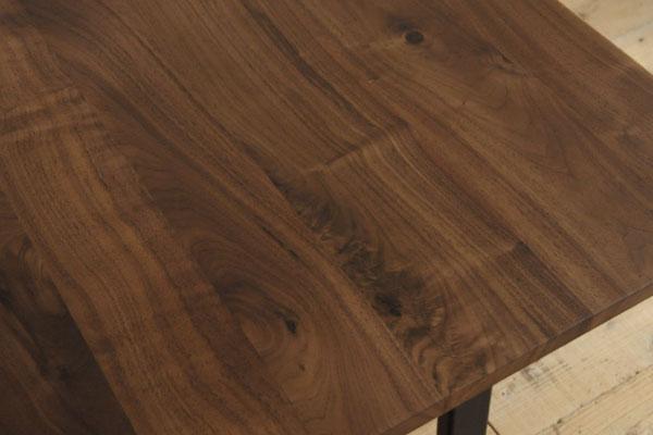 ウォールナット無垢材とアイアンの脚のダイニングテーブル