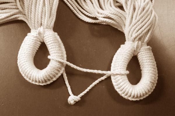ハンモックの洗濯は、両側の縄の輪を紐でつないでから洗濯をしてください