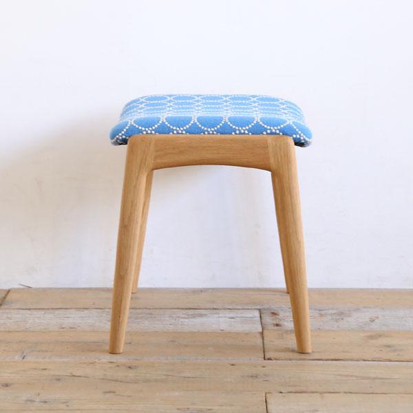 クヴァドラの生地を張ったおしゃれな玄関椅子