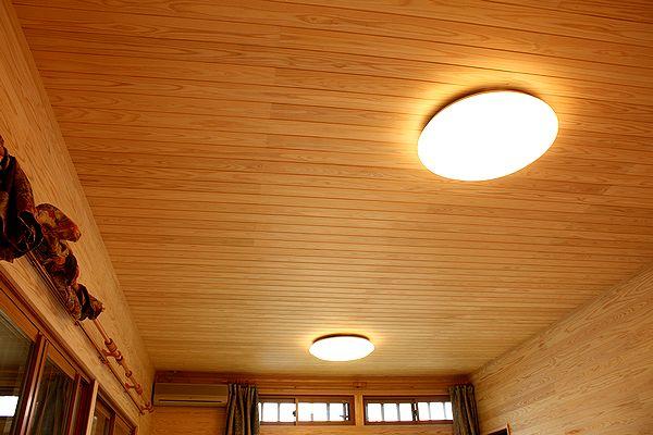 純白無節羽目板を天井に施工した例