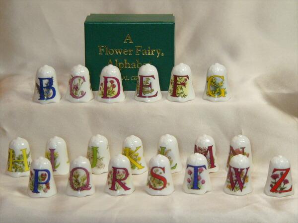 花のアルファベットの頭文字、花の名前、絵柄、その花の妖精が描かれています。