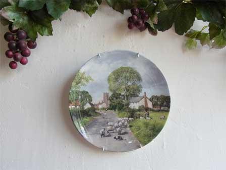 プレートハンガーで絵皿を素敵な壁掛に!