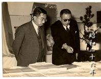 昭和26年の昭和天皇陛下御行幸、工場見学でお迎えした時の御写真。ご説明申し上げているのは、先々代の坂根社長。