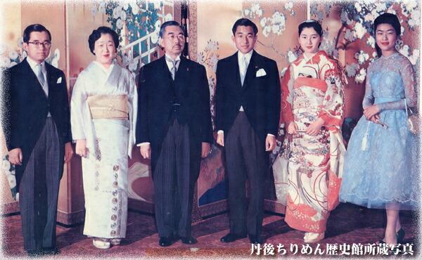 昭和34年4月12日 皇太子御結婚宮中内宴の御写真です。智子妃殿下御着用の振袖紋付は、この縮緬工場で織り上げた御結納の白生地「駒明美縮緬」を染め上げたものです。御成婚記念誌で紹介され丹後にちりめんの注文が殺到しました。当時高卒の役場初任給が15000円の頃、白生地1反10000円の品を年間1千万反織り上げ、この状況は昭和48年のオイルショックまで続きました。ガチャマン景気と呼ばれた時代です。