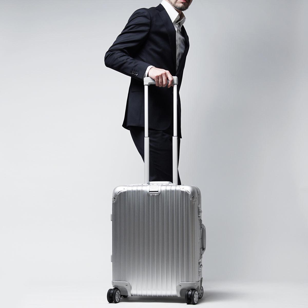 アルミ製スーツケースの相場は10万円以上にも