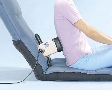 小型マッサージ機「ニュービブロン」で腰や背中をマッサージ