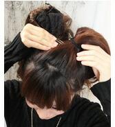まとめた髪の上 部にバレッタを留めます。。