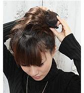 束ねた髪を ネットの中に入れます。