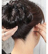 後ろで髪を束ねてポニーテールにします。