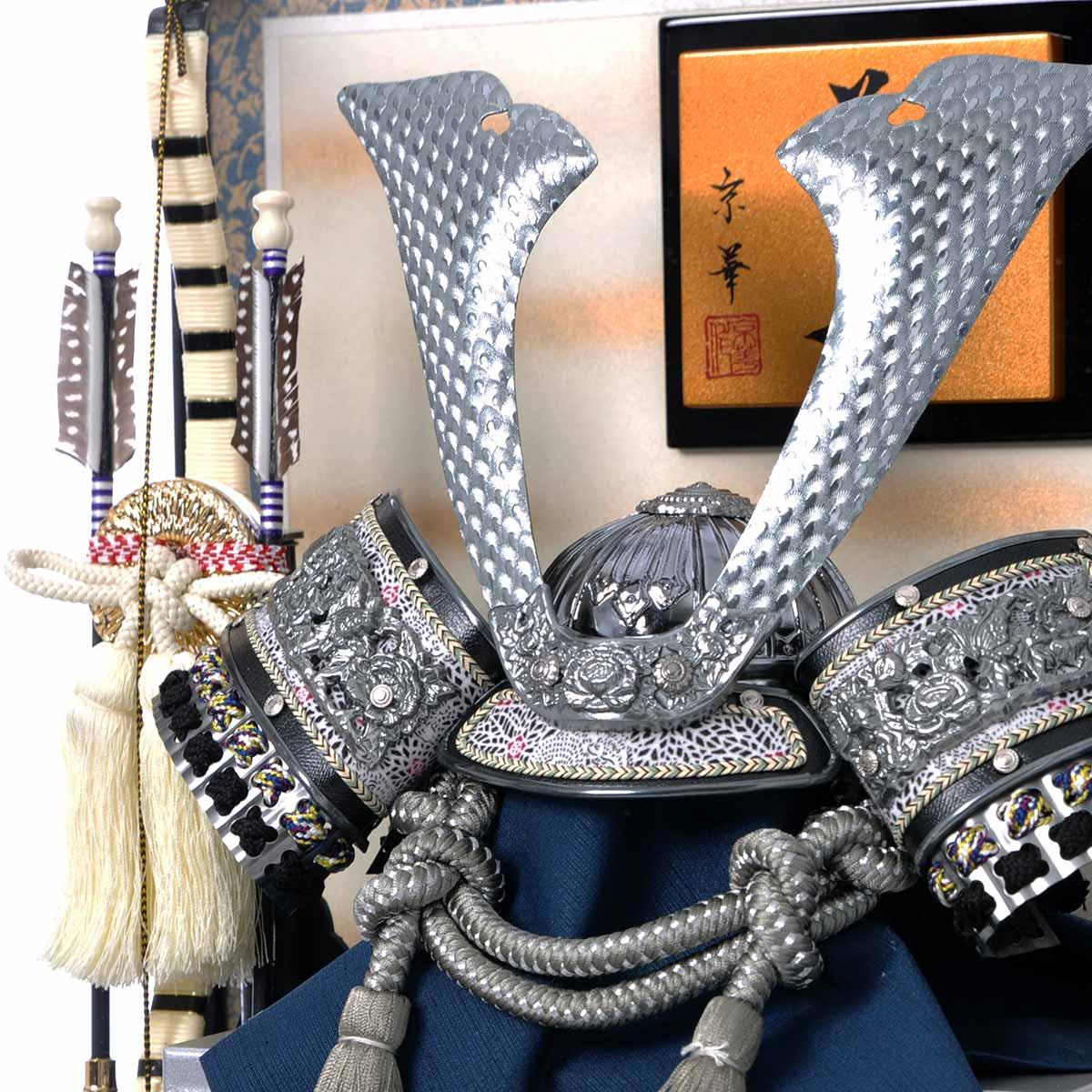 12号 特選燻銀中鍬 兜ケース飾 (ケース 飾り) 斜め上からの画像