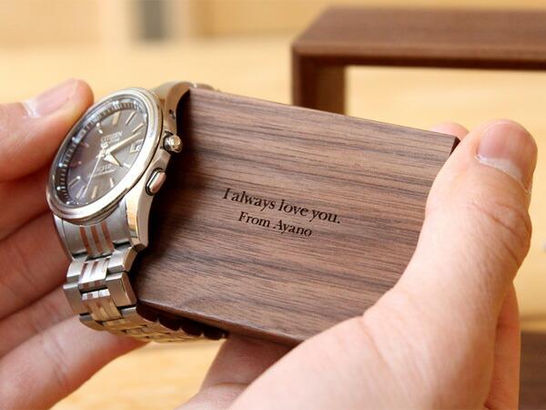 腕時計の下に隠れたメッセージを刻印してプレゼント