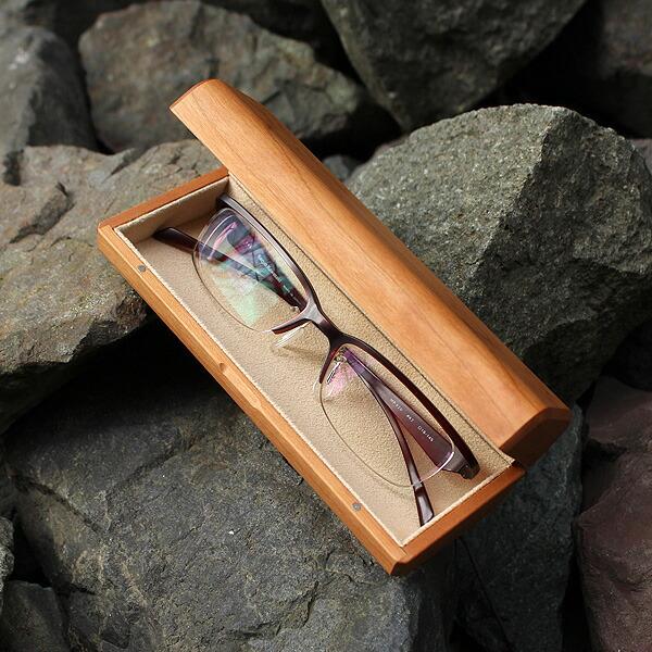 木のぬくもりでやさしく覆うおしゃれなメガネケース。