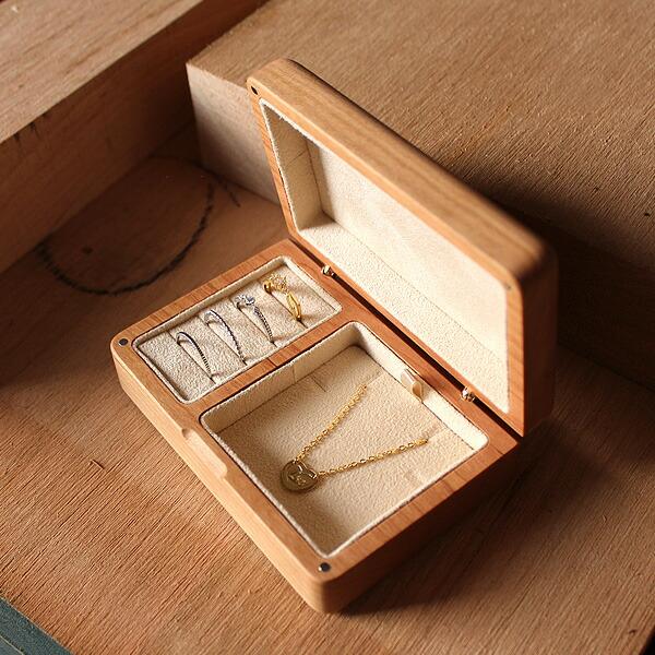 """""""一生もの""""の指輪やネックレス、ピアスやヘアピン、カフスボタンなどの大切なアクセサリーを美しくおしゃれに収納。"""
