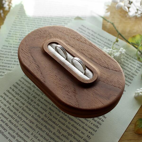 永遠の愛を誓う指輪交換のセレモニーにおしゃれなリングピローはいかがでしょう。