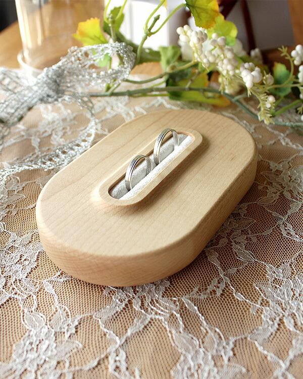 大切な瞬間を引き立てる、格調高い木製リングピロー「Ring Pillow」