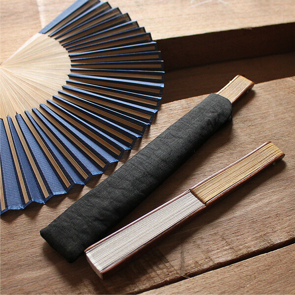 特製の麻の扇子袋が付属、持ち運び時も安心です。