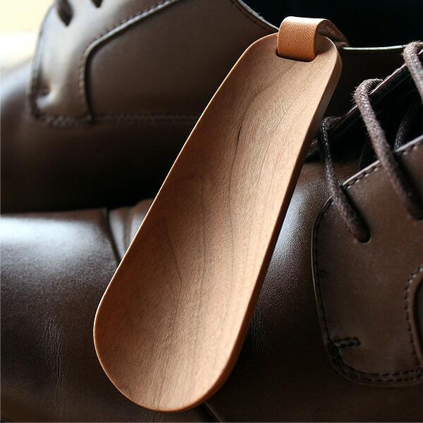 足や靴に負担をかけない滑らかで美しいカーブ、使い込む程に風合いが増し、木の経年変化を楽しめる靴ベラです。