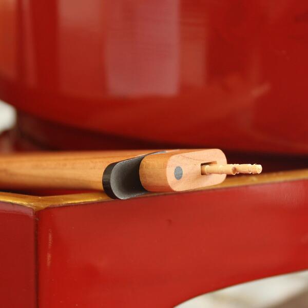 一般的な爪楊枝を約6本収納できます。