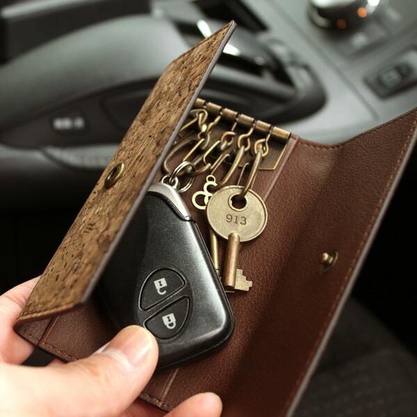 スマートキーも収まる、コルク革を使用したキーケース