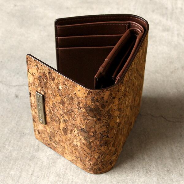 コルクレザーを使用したコンパクトでも収納豊富な三つ折り財布