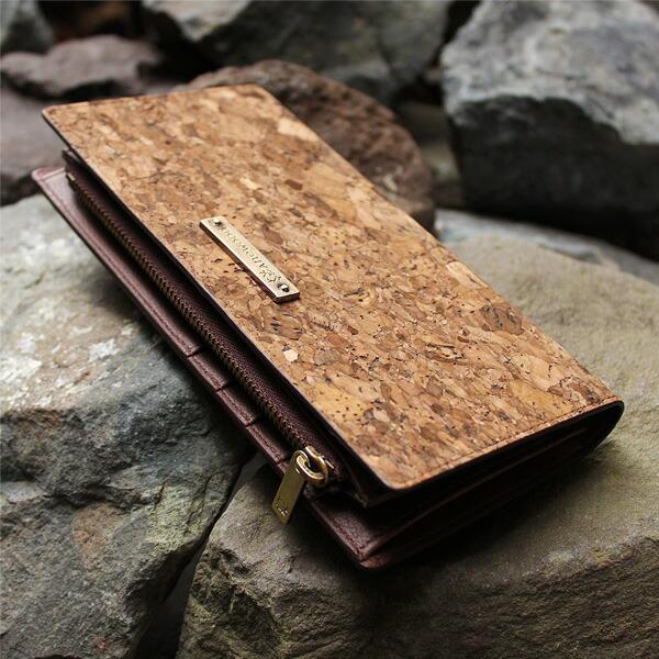 スッキリしたデザインに収納豊富な機能と軽さが魅力の長財布「CONNIE Double Wallet」