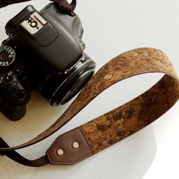 軽くて柔らか、コルクレザーの風合いがおしゃれなカメラストラップ。一眼レフにも対応。