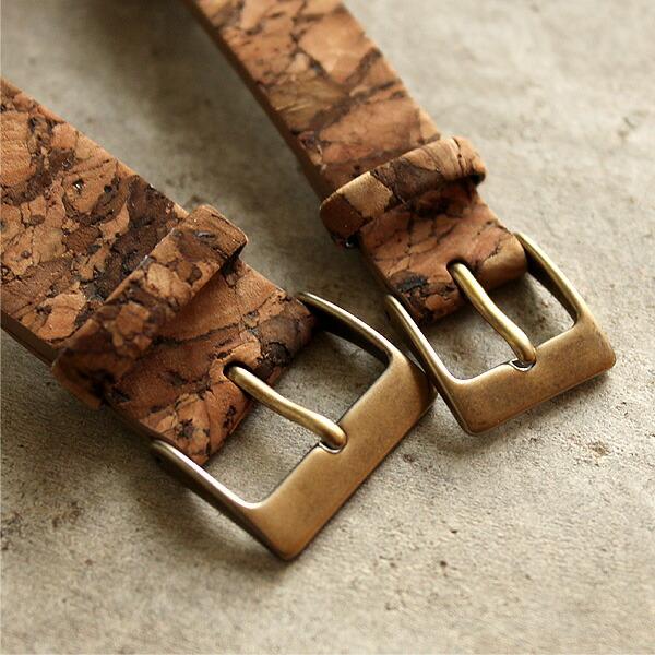 コルクレザーがよく映える、アンティーク風の金具を使用したおしゃれな腕時計です。
