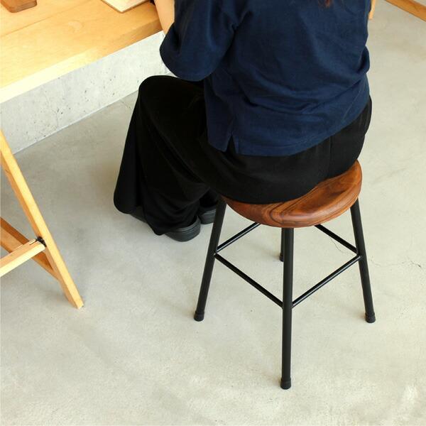 アイアンと集成材を組み合わせたアンティーク風の木製スツール・ウォールナット