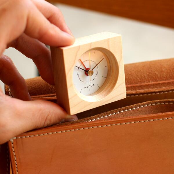 旅先での目覚まし時計に。鞄に入れても邪魔にならない木製アラームクロック