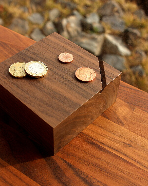 オブジェのように美しい無垢の木を削り出した貯金箱「Coin Box」