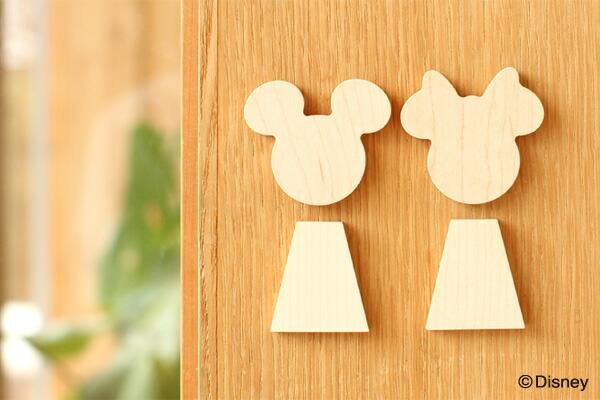 ミッキーとミニーをかたどった木製ルームサインもご用意