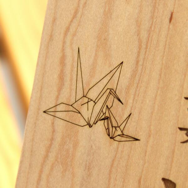 左側に鶴のイラストがレーザー刻印されます