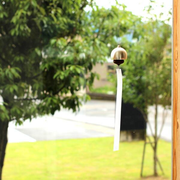ころんとしたフォルムの小ぶりな真鍮製の風鈴