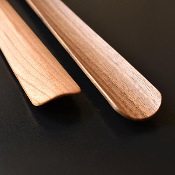 木製ながら薄く仕上げられた靴べらの先端