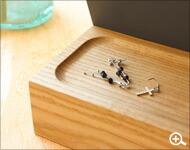 アクセサリーや化粧品も収納できる卓上木製スタンドミラー