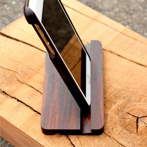 HacoaのiPhone6/6Plus用木製ケースを装着した状態でもスタンドに収まります。(写真:ローズウッド)