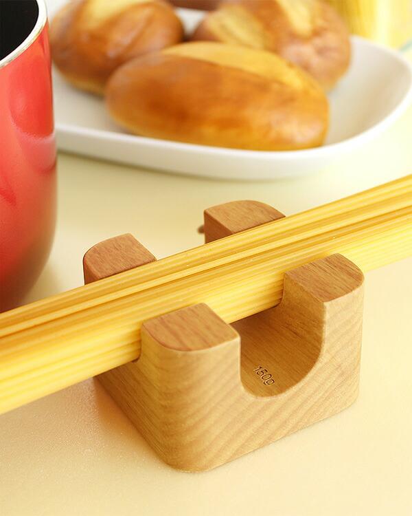 テーブルに置いたまま量を測定できる「木製 パスタメジャー」