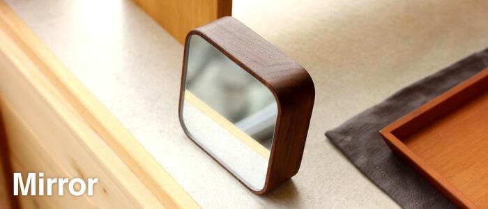 マグネットで貼り付け。壁掛け・卓上にも使えるコンパクトな木製ミラー