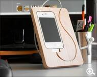 コードの流れまでデザインした木製のiPhoneスタンド