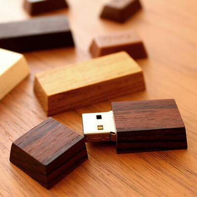 小さなチョコのような木製USBメモリ