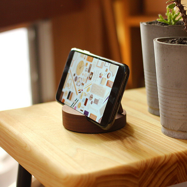 動画を観る際にも便利なおしゃれな木製スマホスタンド