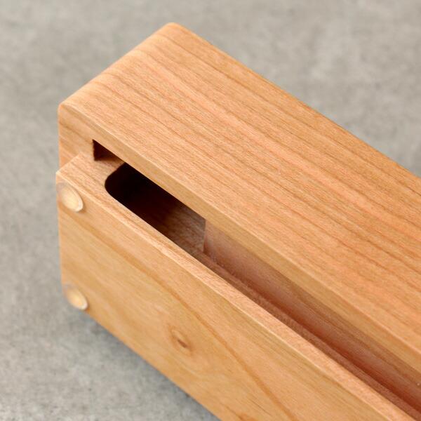 スピーカー内の空洞で音を反響し増幅、木の素材を活かした優しい音楽を奏でます。