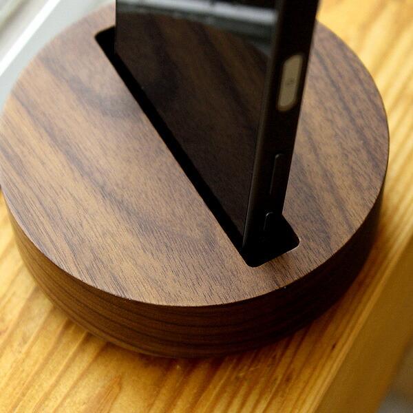 スマートフォンを差し込むだけで手軽に使える木製スピーカーです。