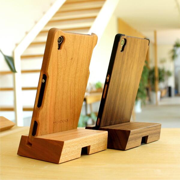 木製スマートフォンケースをはめた状態でもスタンドに収まります