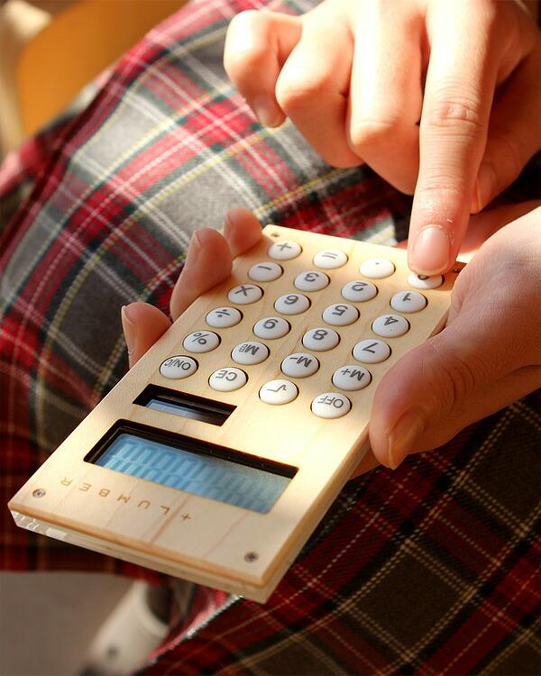 手触りが心地良い、小型の木製ソーラー電卓「SOLAR POWERED CALCULATOR MINI」