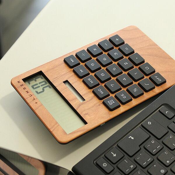 安定感のある大きい電卓。大きいボタンで操作性も高くなっています。