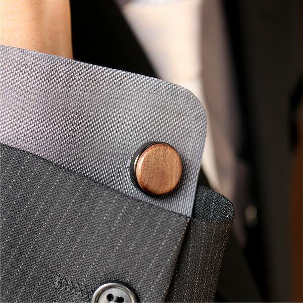 スーツ袖口から覗く、さりげないおしゃれなカフス