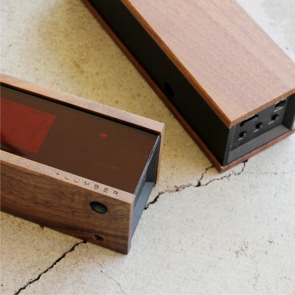 卓上の木製デジタルアラーム時計。LEDタイプ。