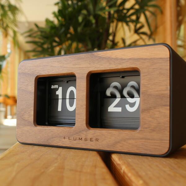 1分毎にパタッと音を立ててフリップがめくれるレトロな時計。どこか懐かしさを感じさせます。